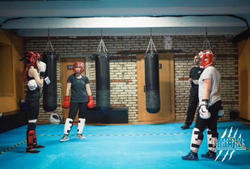 Женская самооборона тренировка бой против группы